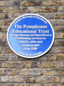 A blue plaque on the Pumphouse Museum in Rotherhithe