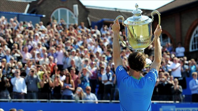 Andy Murray lifts the Queen's Club trophy