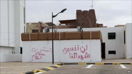 Graffiti in Arabic reading: &#039;We will not forget the martyrs, the people want the fall of the regime&#039; on a wall in Tripoli (21 February 2011)