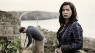 Rhys (KAI OWEN) and Gwen (EVE MYLES)