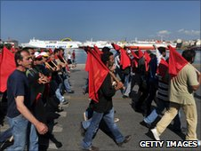 Communist-affiliated strikers in Piraeus