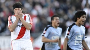 River Plate's forward Mariano Pavone (left) reacts after missing a penalty in the second half against Belgrano (26 June 2011)