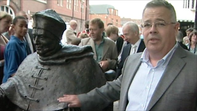 Mike Liggins with Cardinal Wolsey statue