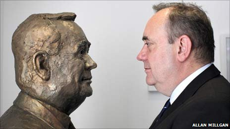 Alex Salmond with the bust. Photo by Allan Milligan