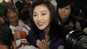 Yingluck ชินวัตรที่สำนักงานใหญ่พรรคของเธอ