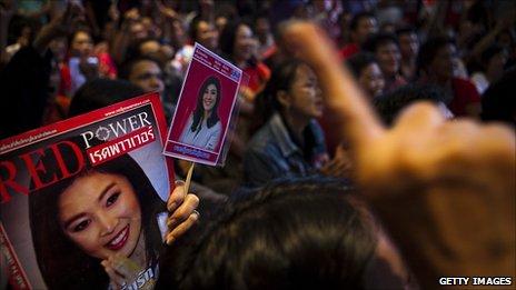 สนับสนุนการ Yingluck ชินวัตรเฉลิมฉลองที่สำนักงานใหญ่ของบุคคลในกรุงเทพมหานคร