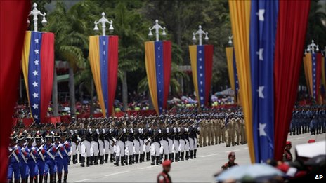 Venezuelan troops march in a parade in Caracas marking 200 years of the country's independence (5 July 2011)