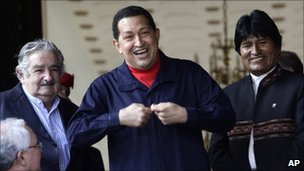 Hugo Chavez (centre) smiles, accompanied by the presidents of Uruguay, Jose Mujica (l) and Bolivia, Evo Morales (r), Caracas (5 July 2011)