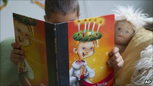 A boy at Egalia reads himself a book