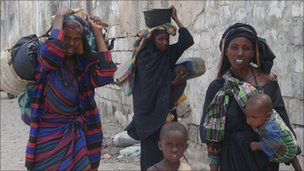 A Somali family inside Mogadishu carry the few goods they own