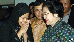 Indonesian presidential candidate Megawati Sukarnoputri (R) visits Prita Mulyasari (L) at a woman's penitentiary in Tangerang on June 3, 2009