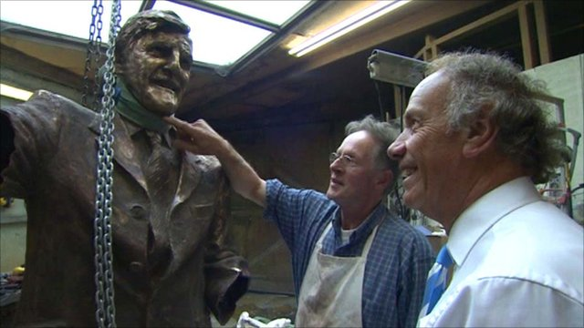 Creator Nicolas Dimbleby discusses the statue with Joe Elliot