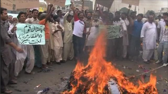 People in Karachi protesting against the criticism of the MQM