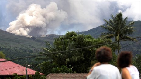 Residents look at Mount Lokon spewing volcanic ash during an eruption in Tomohon in Indonesia's North Sulawesi province