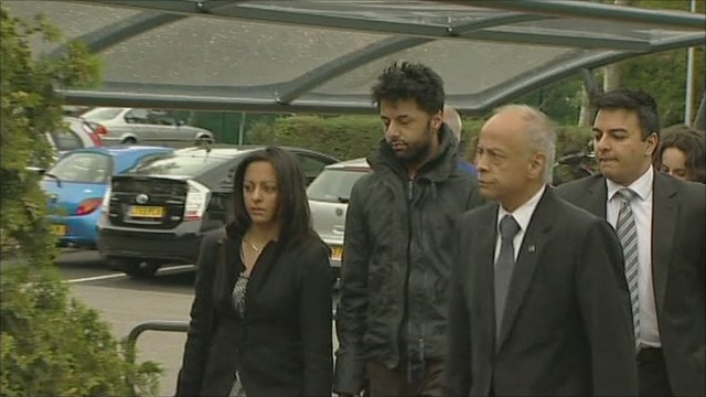 Shrien Dewani (centre) arriving at court