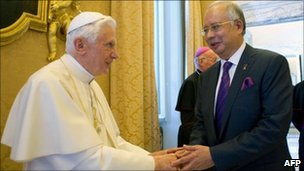 Pope Benedict XVI and Malaysia PM Najib Razak in Castel Gandolfo (18 July 2011)