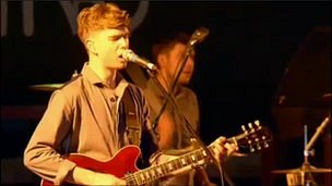 Alex Robertshaw playing guitar in Everything Everything