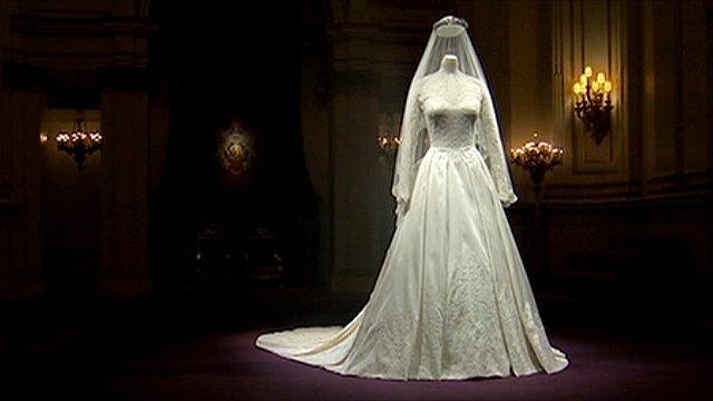 Queen overheard criticising Duchess wedding dress display - BBC News