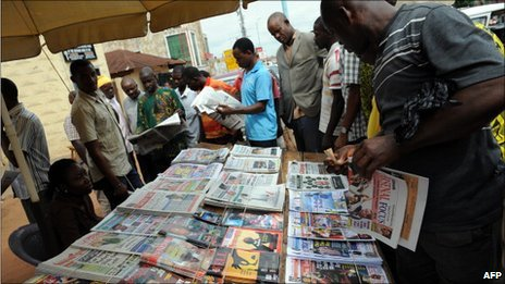 Nigerians at a news stand in Delta state (April 2011)