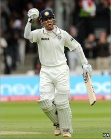 Rahul Dravid celebrates his century