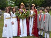 Leusa Pritchard a Heulwen Jones gyda'r ddwy forywn a'r ddau facwy yn Seremoni Cyhoeddi'r Eisteddfod yn 2010