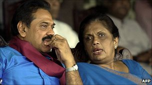 Chandrika Kumaratunga (right) with Mahinda Rajapaksa in 2005