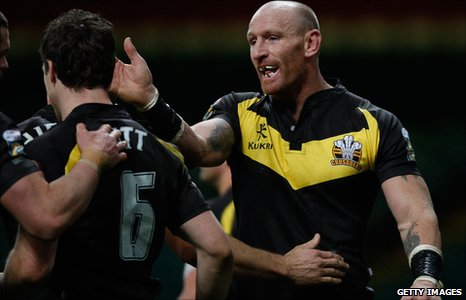 Gareth Thomas (r) of Crusaders congratulates Michael Witt