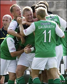 Hibs celebrate Garry O'Connor's goal