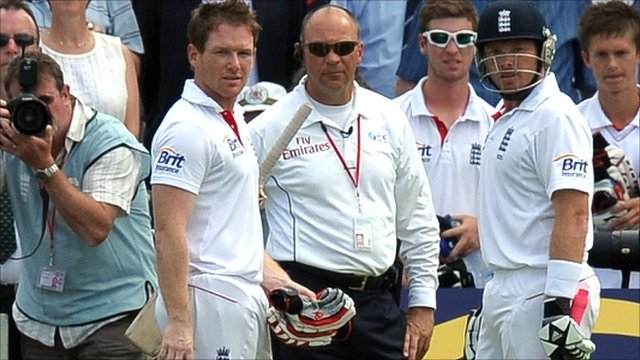 Ian Bell and Eoin Morgan look on from the boundary