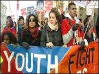 Protestwyr ar yr orymdaith