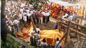 Millangoda Raja's body under a cover