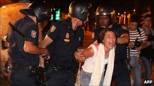 Police arrest protester in Madrid. 4 Aug 2011