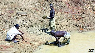 Workers panning for diamonds in Sierra Leone