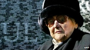 Nancy Wake in front of the Australian war memorial in Hyde Park Corner, London (2004)