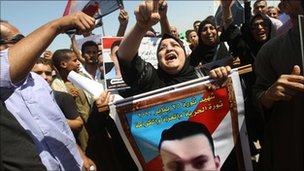 Anti-Mubarak protesters with placards in Cairo (August 2011)