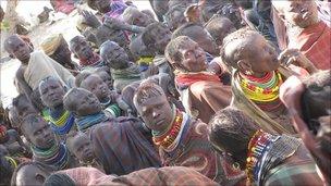Kenyans waiting for food