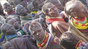 Kenyans waiting for food