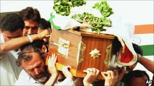 Rajiv Gandhi&#039;s coffin in 1991