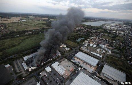 Armazem da sony incendiado em Londres _54549463_reuters_sony2