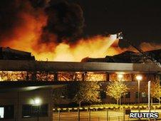 Armazem da sony incendiado em Londres _54549920_reuters_sonyfire