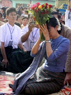 Aung San Suu Kyi in Bago, 14 August 2011