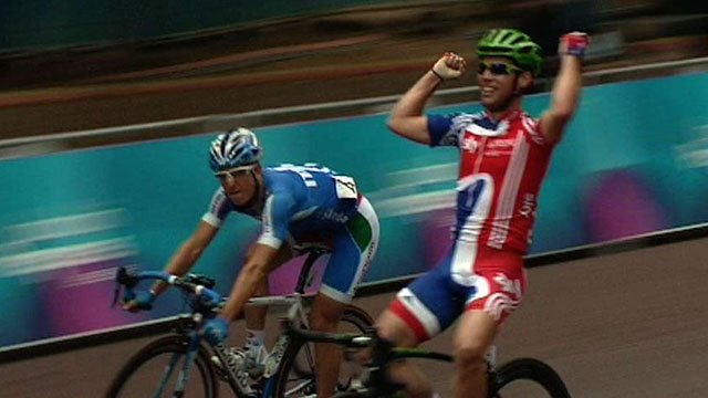 Mark Cavendish celebrates his win in London