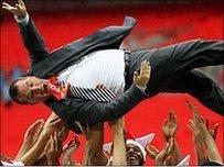 Brendan Rodgers yn cael golwg dra gwahanol o Wembley