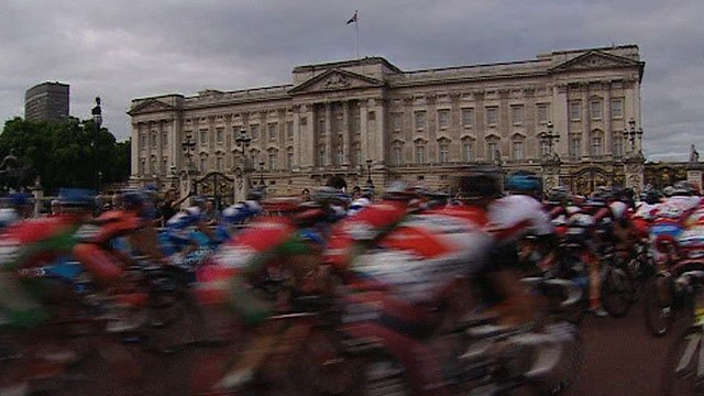 Cyclists speed past Buckingham Palace