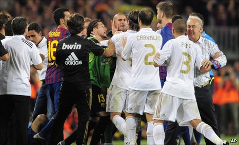 Real Madrid and Barcelona players argue