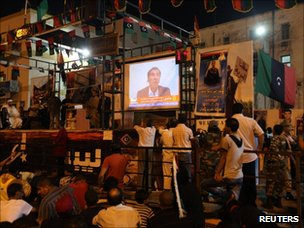 People watch al-Jazeera in Benghazi (21 August 2011)