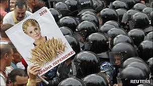 Supporters of Yulia Tymoshenko meet wall of riot police