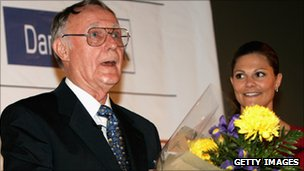 Ingvar Kamprad receiving an award in 2006