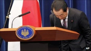 Naoto Kan bows on the day of his resignation
