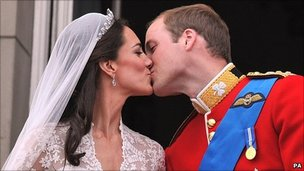 Royal wedding balcony kiss